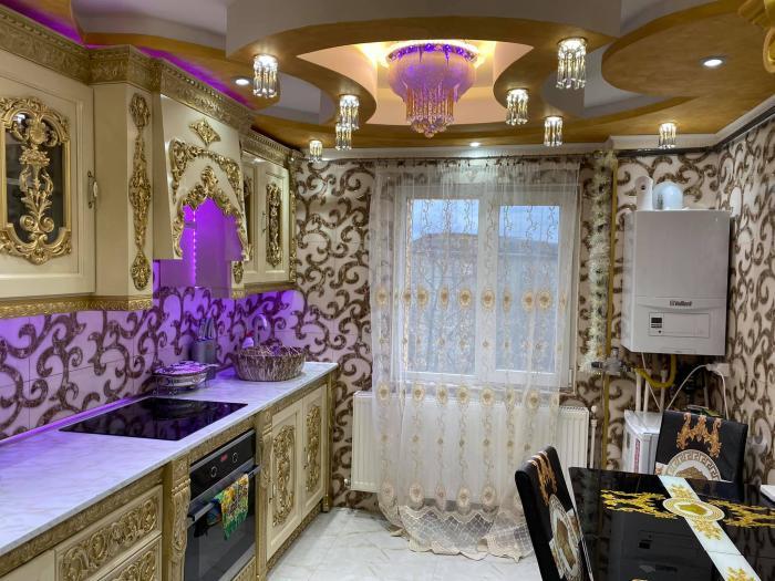 """Un apartament scos la vânzare în Satu Mare face senzaţie pe internet: """"Zici ca e interiorul din lampa lui Aladin"""""""