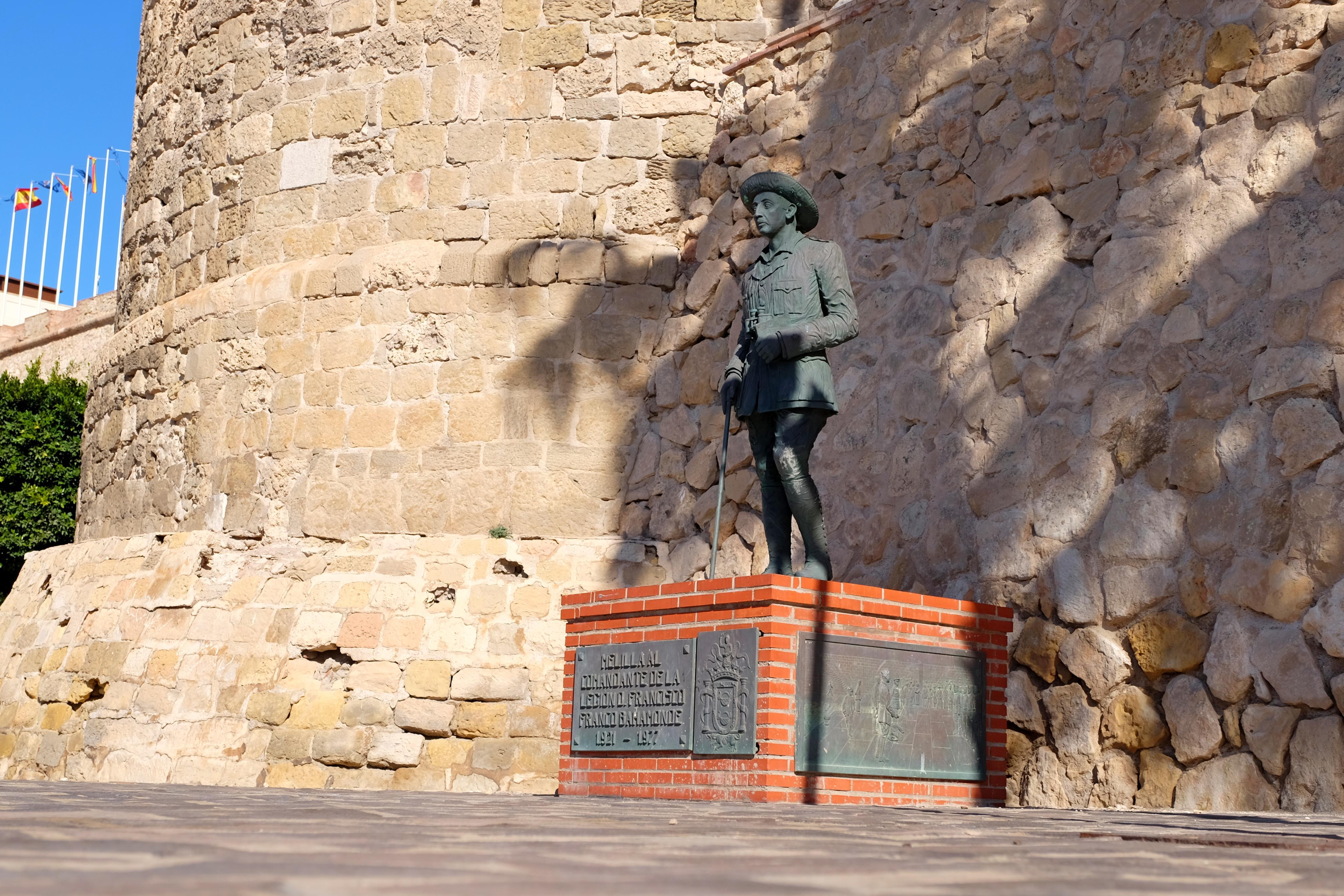 Statuia a fost ridicată în 1978 în faţa unei porţi a oraşului Melilla