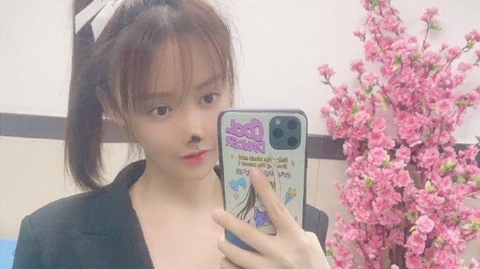 O actriţă celebră din China a vrut să aibă nasul perfect, dar operaţia nu a decurs aşa cum a visat. Acum, tânăra încearcă să atragă atenţia în privinţa chirurgiei estetice
