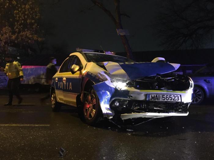 Accident grav în sectorul 3 al Capitalei: Un autobuz a intrat într-o maşină de poliţie. Doi oameni ai legii au avut nevoie de îngrijiri medicale