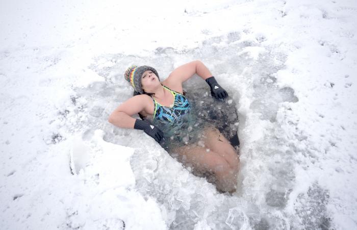 Alice Goodridge, din Newtonmore, Scoţia, se scaldă într-o copcă, după ce vremea extremă a adus ninsoare şi îngheţuri în vestul Europei