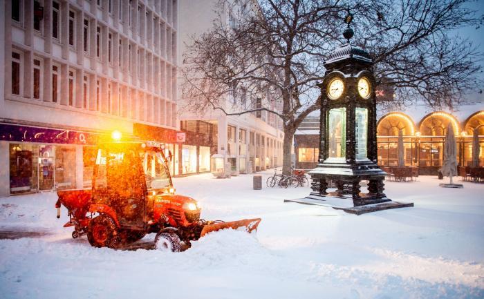 Hanovra, Germania: un tractor curăţă trotuarul după ninsoare