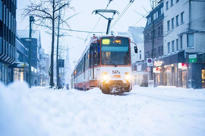 Bielefeld, Germania: Un tramvai s-a împotmolit după ninsorile puternice