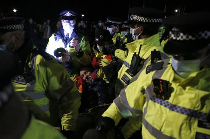 Scandal uriaș la Londra, după ce un priveghi organizat în memoria tinerei Sarah Everard a fost întrerupt violent de polițiști