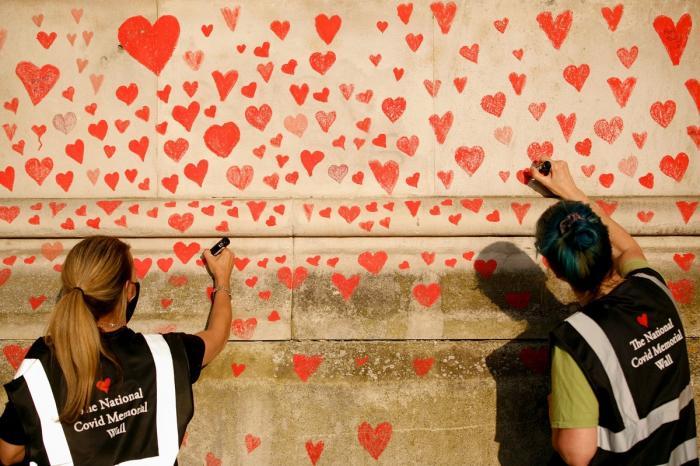 Familiile îndurerate au desenat în jur de 150.000 de inimi pe un perete din Londra. Pictura amintește de victimele coronavirusului