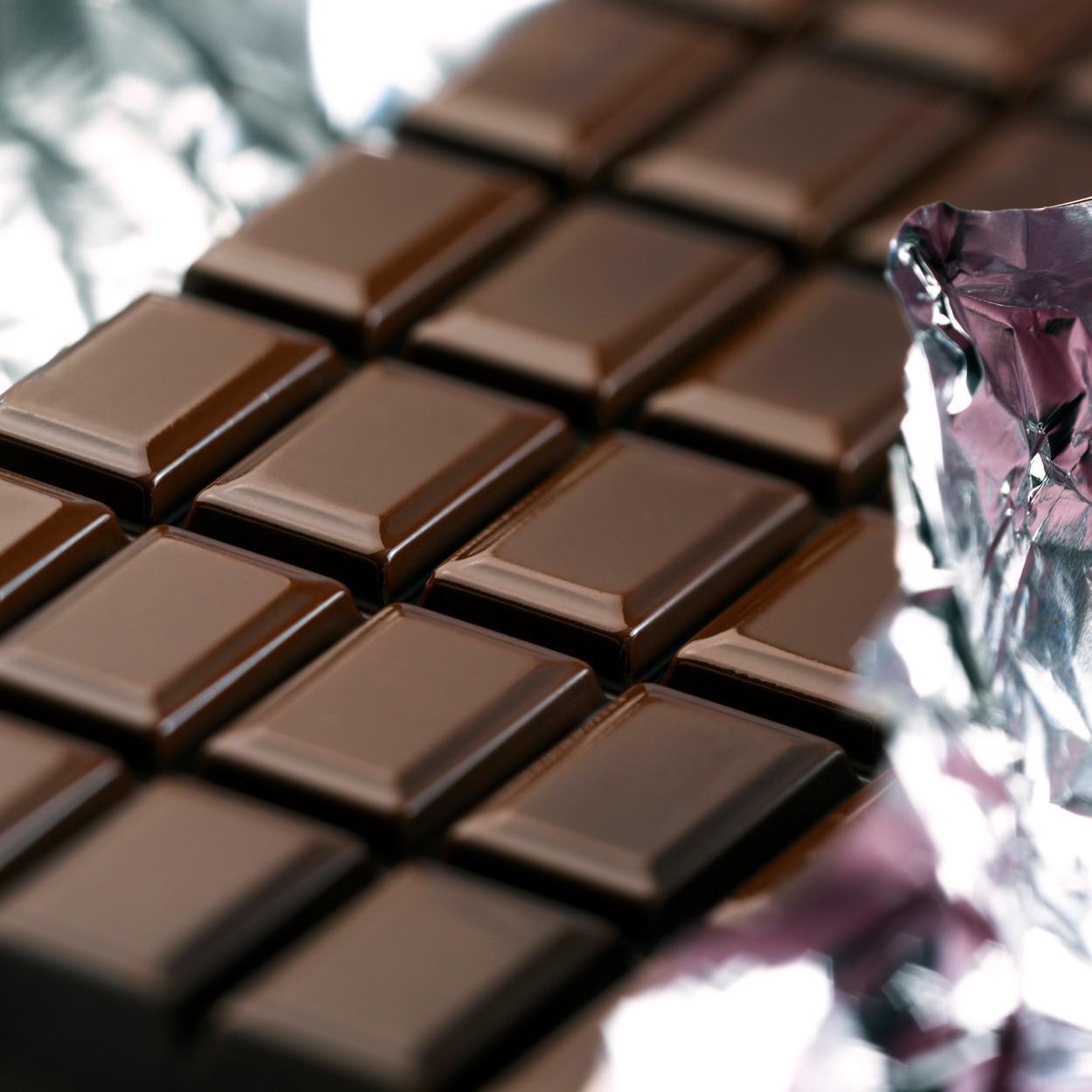 Ciocolată neagră ambalată în folie de aluminiu