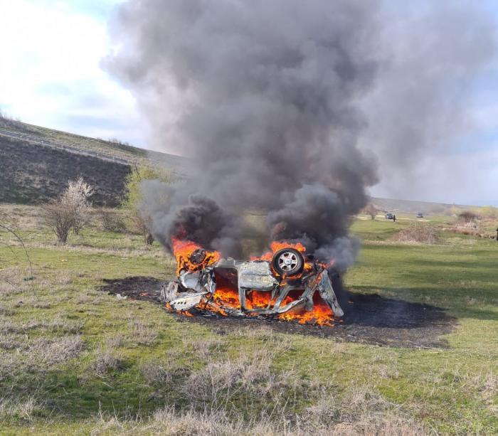 Mașină făcută scrum după ce a căzut de pe un dig din Vâlcea