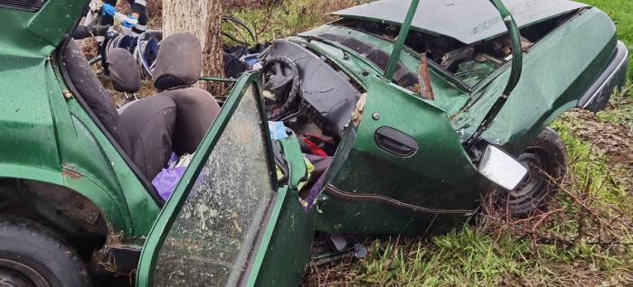 Dacie ruptă în două pe un drum din Tulcea, şoferiţa a murit pe loc în maşina făcută praf într-un copac