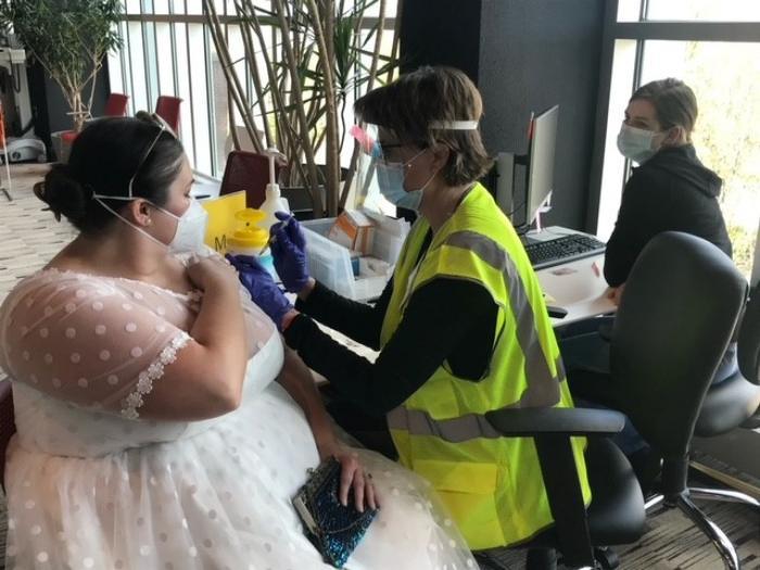 O femeie din Statele Unite a venit în rochia de mireasă la vaccinare