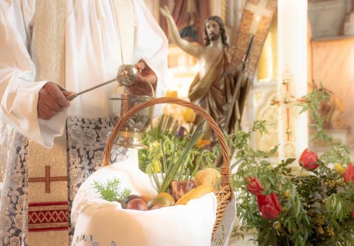 Credincioşii catolici fac ultimele pregătiri pentru masa tradiţională de Paşte