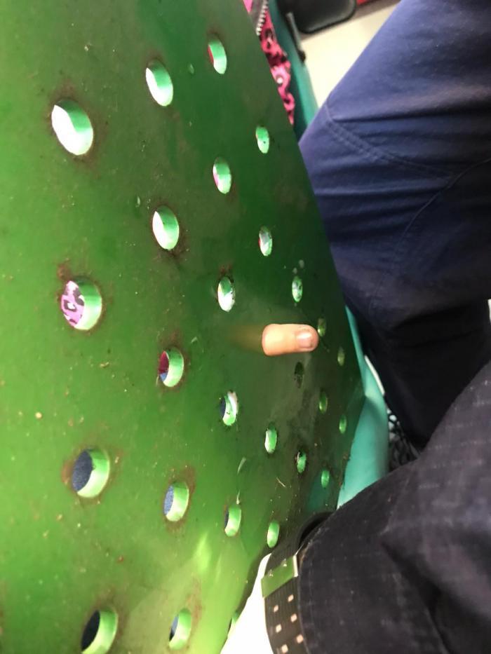 Un deget a rămas blocat în orificiul din banca de metal