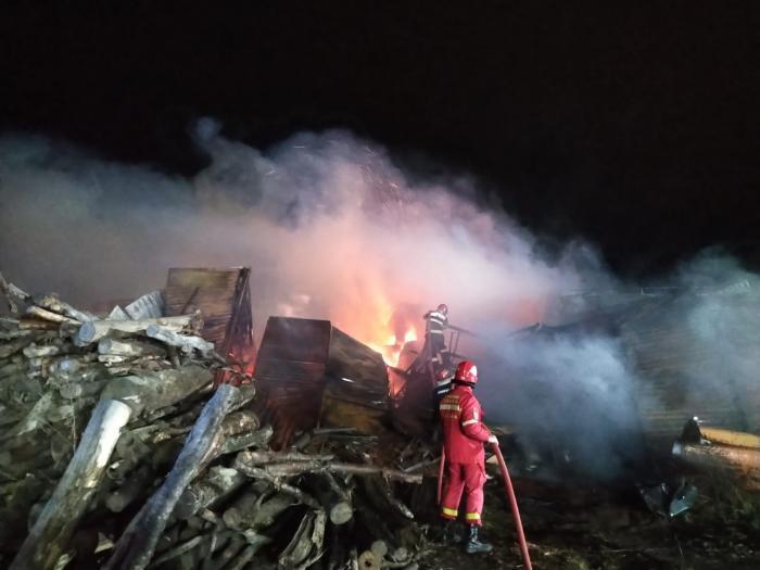 Incendiu masiv la un depozit de mobilă din Gheorgheni