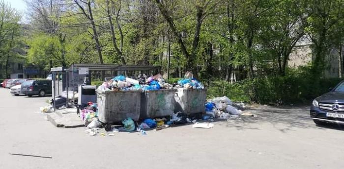 Imagine în care sunt mulţi saci de gunoaie