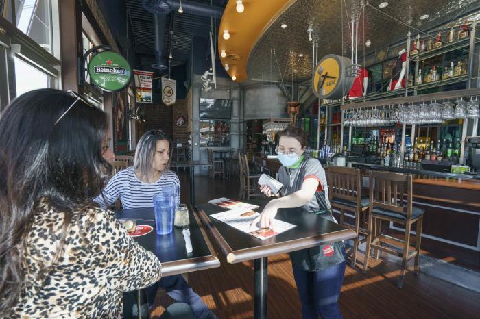 Speranţe noi pentru industria HoReCa: Test înainte de intrarea în restaurant