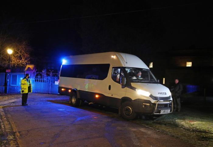 O dubă care o transportă pe Lucy Letby pleacă de la Chester Crown Court după ce a apărut în faţa curţii de judecată