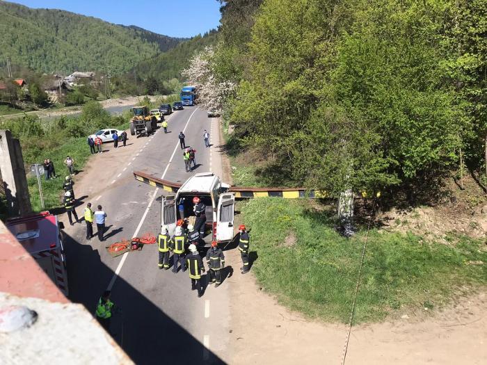 Tragedie cu doi morţi pe o şosea din Neamţ, după ce bucăţi dintr-un pod de cale ferată s-au prăbuşit peste un microbuz