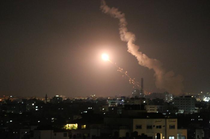 Noapte de război între Israel şi Fâşia Gaza: bombardamente israeliene și sute de rachete trase de Hamas. Bilanțul victimelor