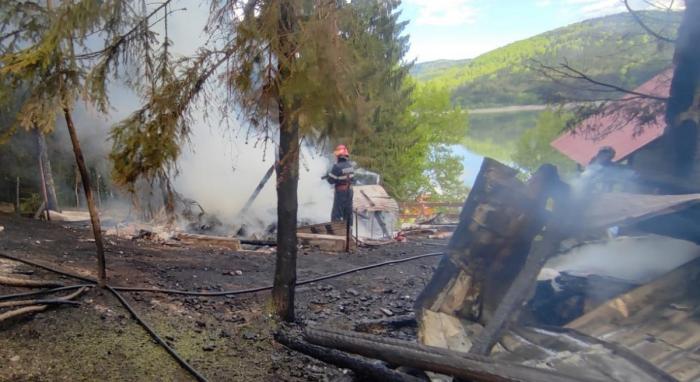 O casă de vacanţă şi o cabană s-au făcut scrum, la Izvorul Alb, în Neamţ. O butelie a explodat în timpul incendiului