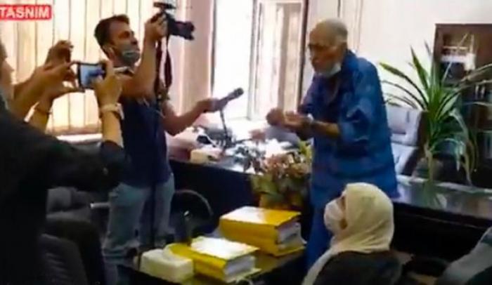Părinții lui Babak Khorramdin, în cătușe în fața instanței și jurnaliștilor