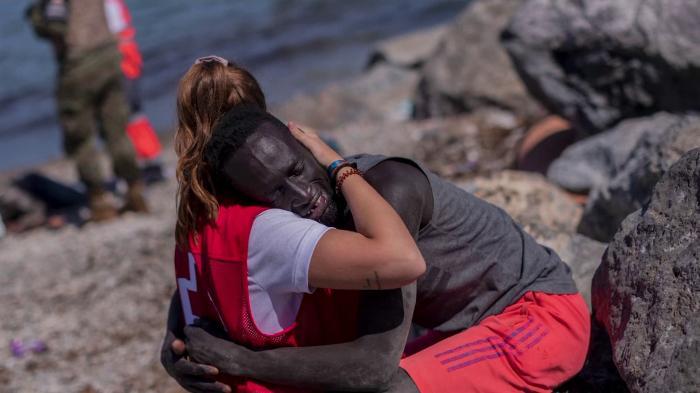 O tânără spaniolă care a îmbrățiat un migrant senegalez în Ceuta a devenit ținta extremiștilor