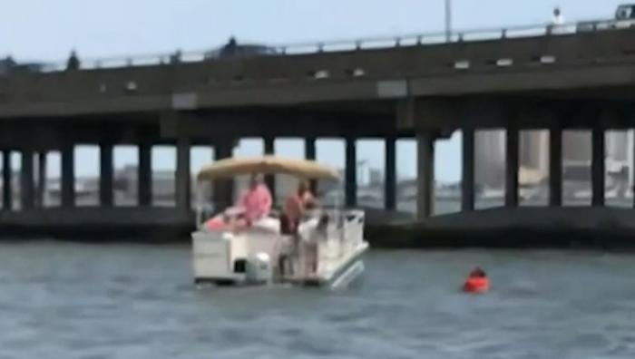 Un bărbat a devenit erou, după ce a salvat o fetiţă de la înec, în urma unui accident în lanţ de pe un pod din Maryland