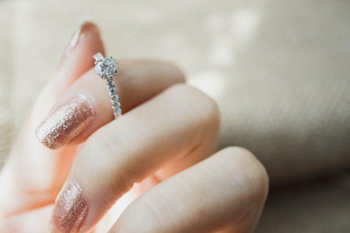 Un român din Anglia, condamnat la închisoare, după ce şi-a torturat iubita şi a obligat-o să înghită inelul de logodnă