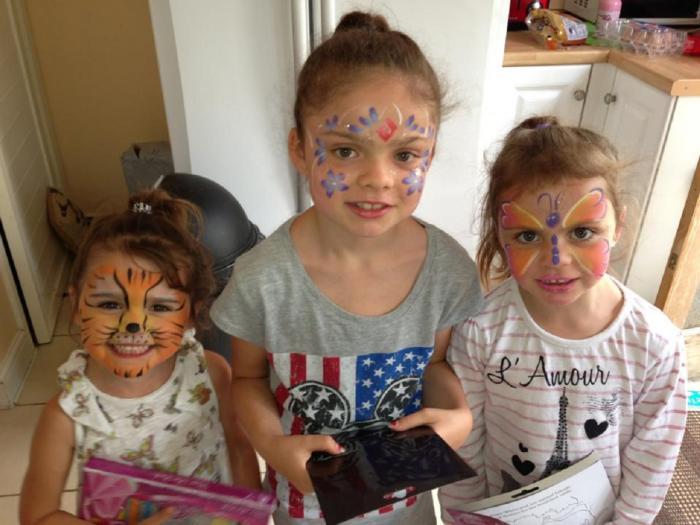 Julia, alături de surorile sale
