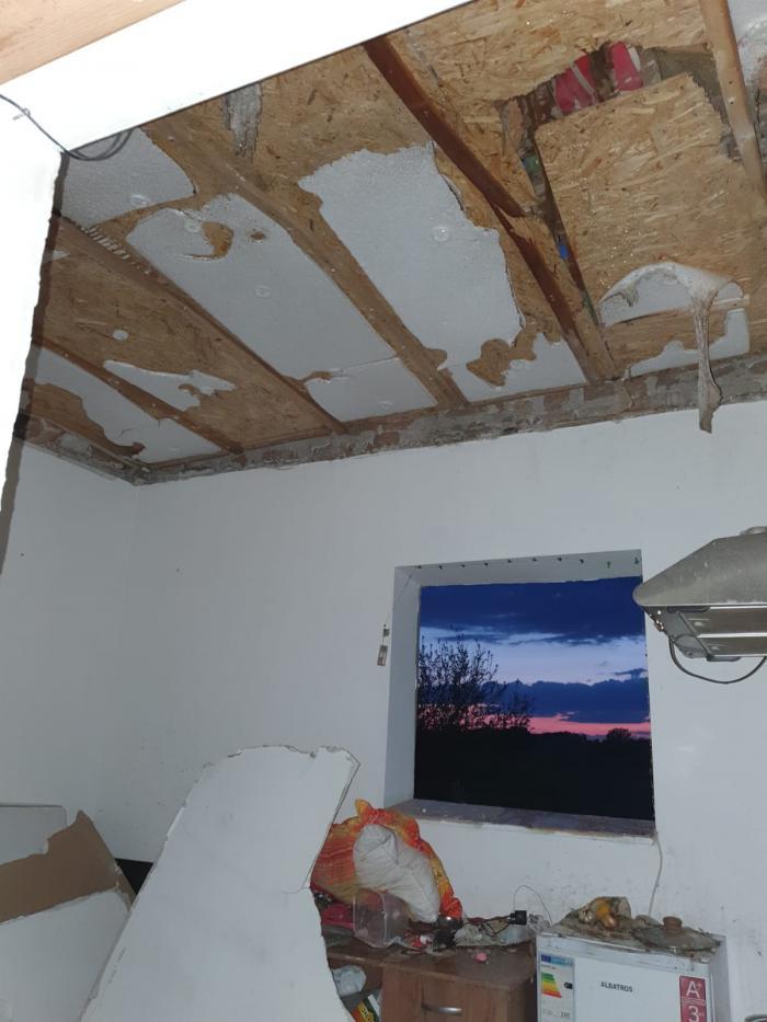 Bucăți din tavan s-au prăbușit după explozie