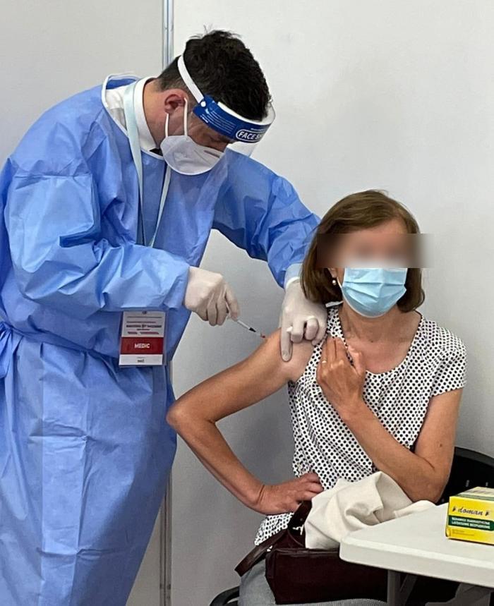 Valeriu Gheorghiţă administrează un vaccin anti-Covid unei paciente