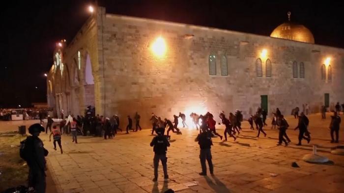 Confruntări violente la Ierusalim,între poliţia israeliană şi palestinieni.Peste 180 de oameni au fost răniţi