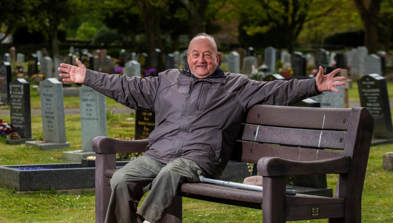 Bill Jones la cimitirul său local din Tiverton, Devon