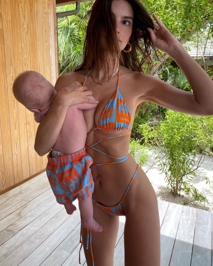 """Val de critici după ce modelul Emily Ratajowski a publicat poze cu bebelușul său. """"Îl ține ca pe un sac de cartofi"""""""