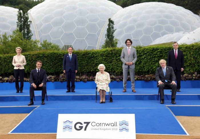 """Regina Elisabeta a II-a, la fotografia de grup de la summitul G7: """"Ar trebui să arătăm ca şi cum ne-am simţi bine?"""""""