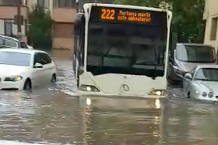 """Cod portocaliu de vreme severă în Capitală. Bucureştenii au fost avertizaţi prin sistemul RO-ALERT: """"Evitaţi deplasările"""""""