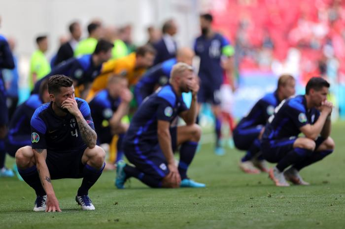 Jucătorii danezi și finlandezi plâng și se roagă, după accidentarea lui Christian Eriksen, la EURO 2020
