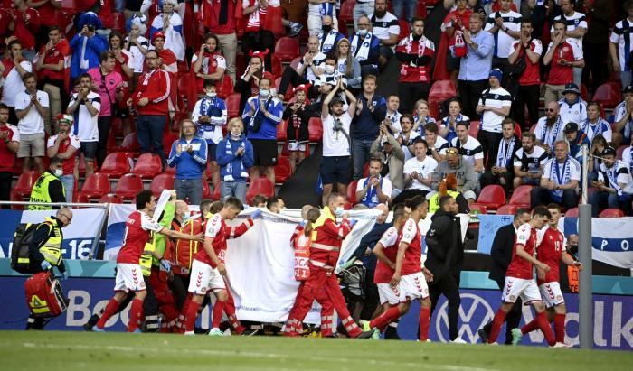 Jucătorii danezi au făcut zid în jurul medicilor, în timp ce Christian Eriksen era resuscitat