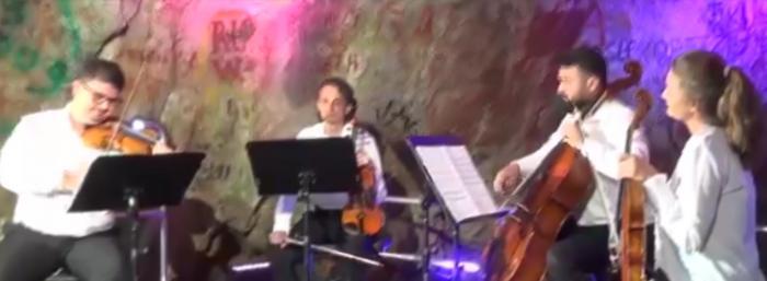 Concert inedit în Peştera Hoţilor: artiştii au urcat pe o potecă de munte cu instrumentele în spate