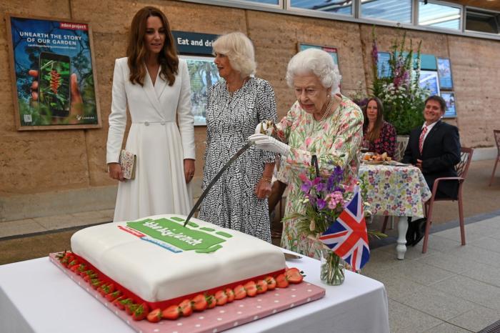 Regina Elisabeta i-a impresionat pe liderii G7, insistând să taie un tort cu sabia