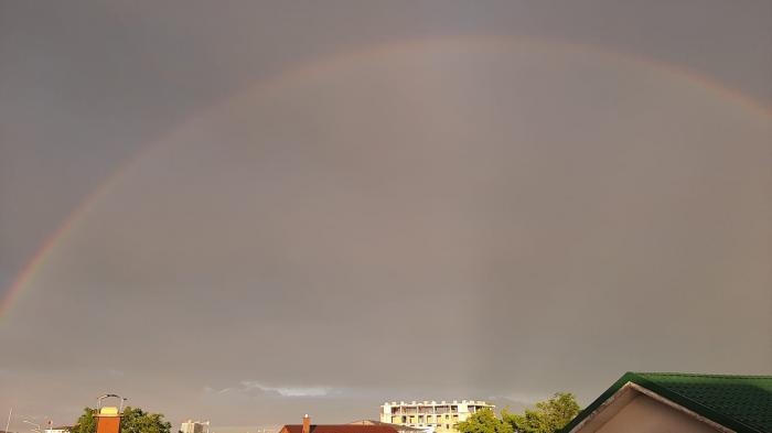 După Codul portocaliu de ploi și vijelii, pe cerul Bucureștiului a apărut un curcubeu dublu