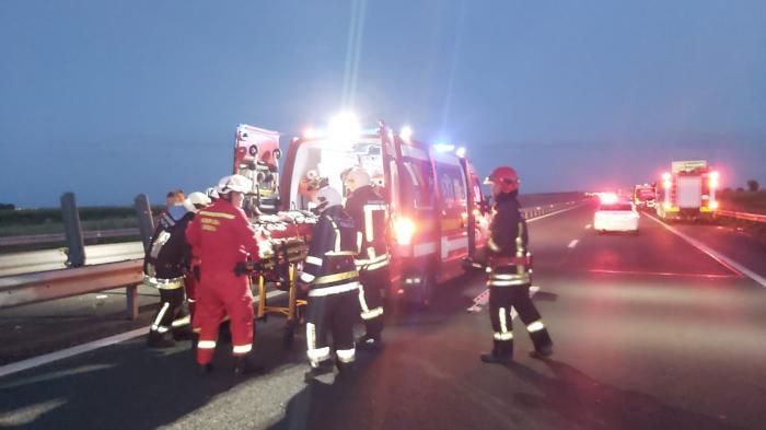 Accident cumplit lângă Vama Nădlac, după ce un microbuz cu 17 pasageri s-a ciocnit cu un camion - VIDEO