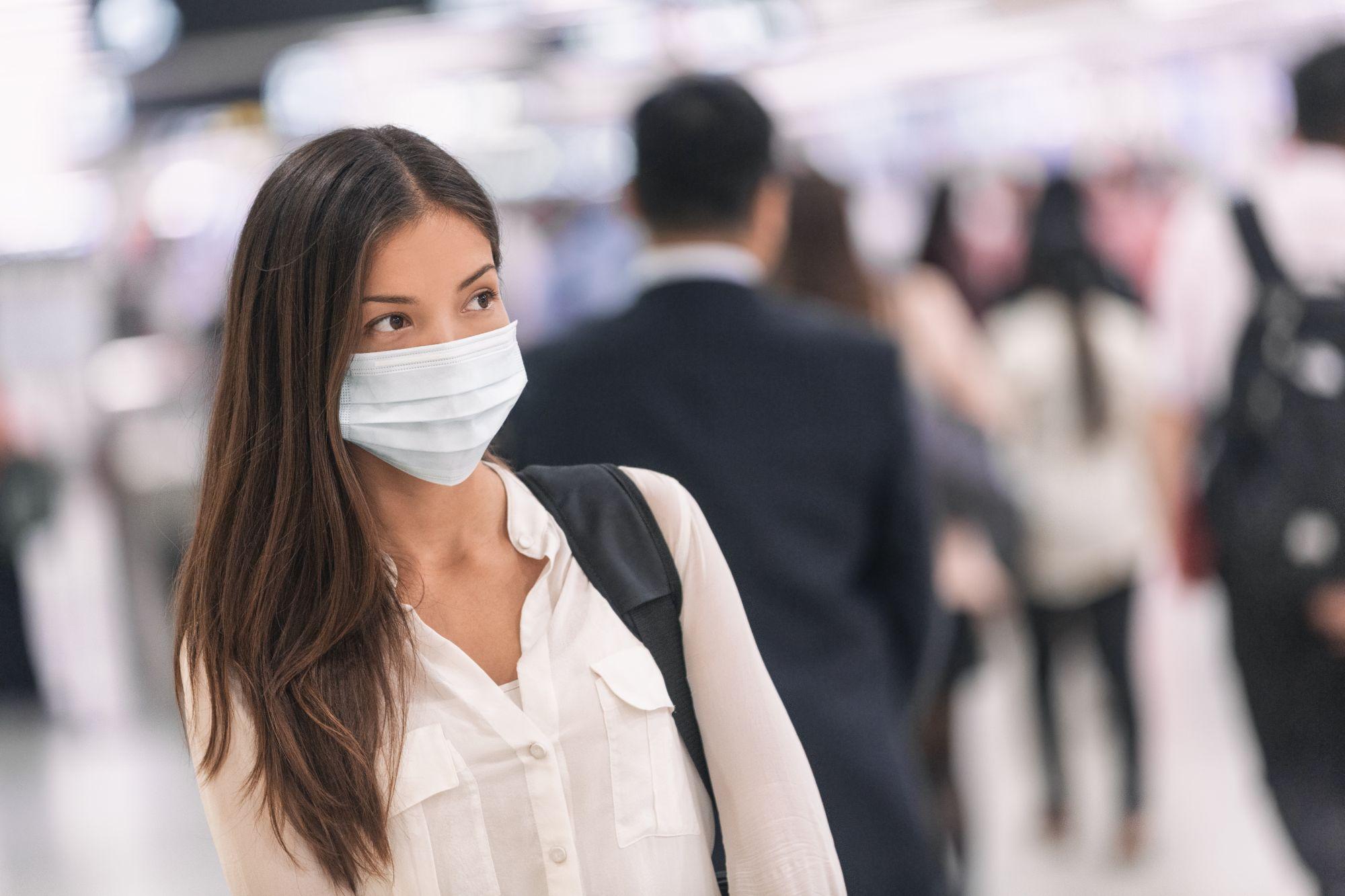 O femeie poartă mască de protecție
