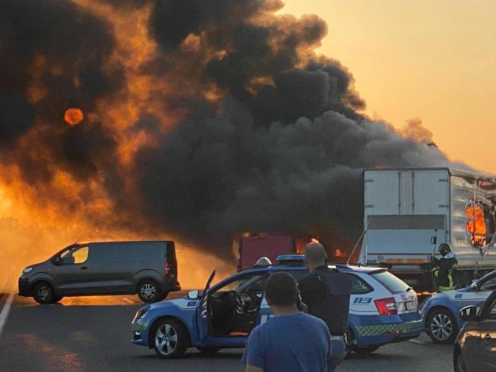 Atac cu explozii şi împuşcături asupra unei maşini blindate, pe autostrada A1 din Italia. Tâlharii au pus cuie pe asfalt și au blocat drumul