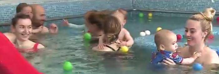 """Înotul, o alegere sănătoasă pentru copii: """"Bebeluşii au reflexul de scufundare încă din burtica mamei"""""""