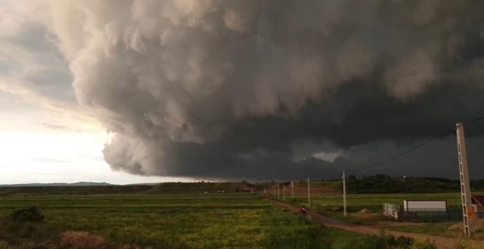 Imagini spectaculoase filmate în România. Un fenomen rar, cu un nor uriaş, a fost surprins pe cerul Buzăului