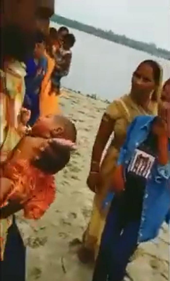 Bebeluș găsit în viață, plutind într-o cutie de lemn pe râul Gange, în India