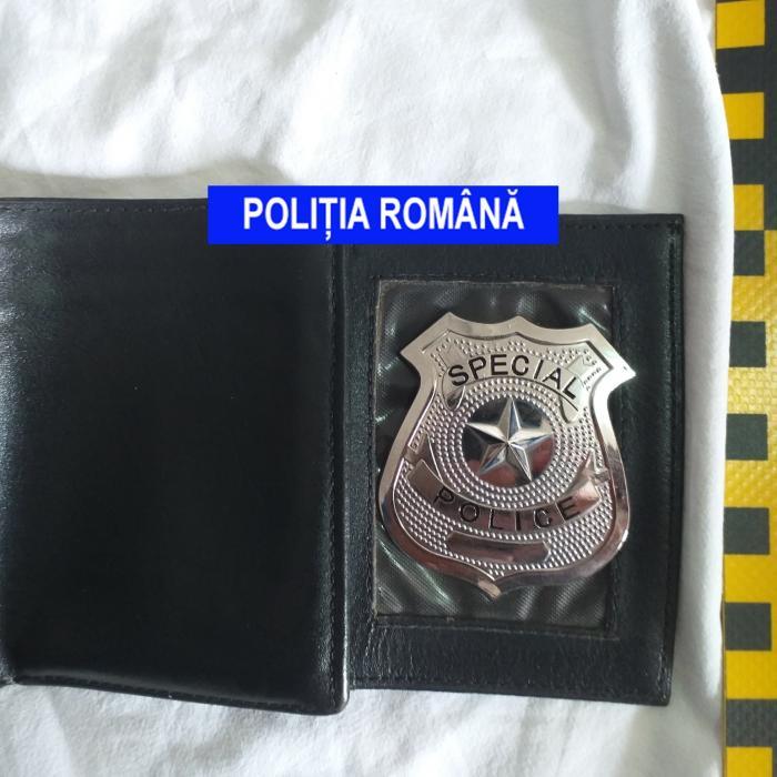 """Două femei din Mehedinți, lăsate fără bani de falși polițiști cu insigne """"Special Police"""", care simulau percheziții"""
