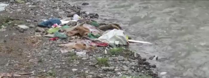 """Un colţ de rai din judeţul Braşov, transformat în groapă de gunoi: """"Ăsta e focar, e boală completă. Nu vedeţi ce miros degajă?"""""""