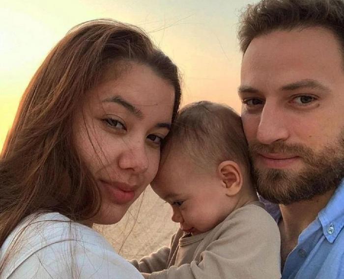 Caroline Crouch, fiica de 11 luni și sotul Babis Anagnostopoulos