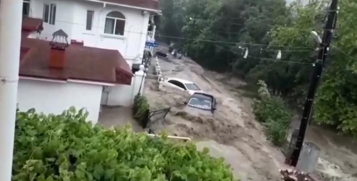Ciclonul din Marea Neagră face prăpăd în Crimeea. După Kerci, a fost declarată stare de urgență și în Yalta