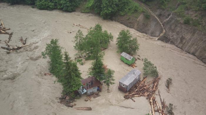 Potop peste România: jumătate de ţară este sub ape. În Vrancea, a plouat într-o zi cât pentru jumătate de lună